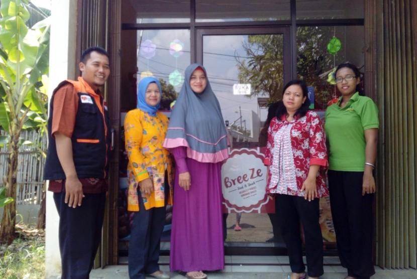 Fasilitator Desa Berdaya Rumah Zakat mengajak tiga emak-emak dari desa berdaya Palebon mendatangi pemilik toko roti Breeze di Pedurungan, Semarang, Senin (25/2).