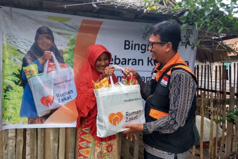 Fasilitator Desa Berdaya Suka Maju Fauzi  menyalurkan 10 Paket Bingkisan Lebaran Keluarga (BLK) persembahan dari Adam Bilfagih.