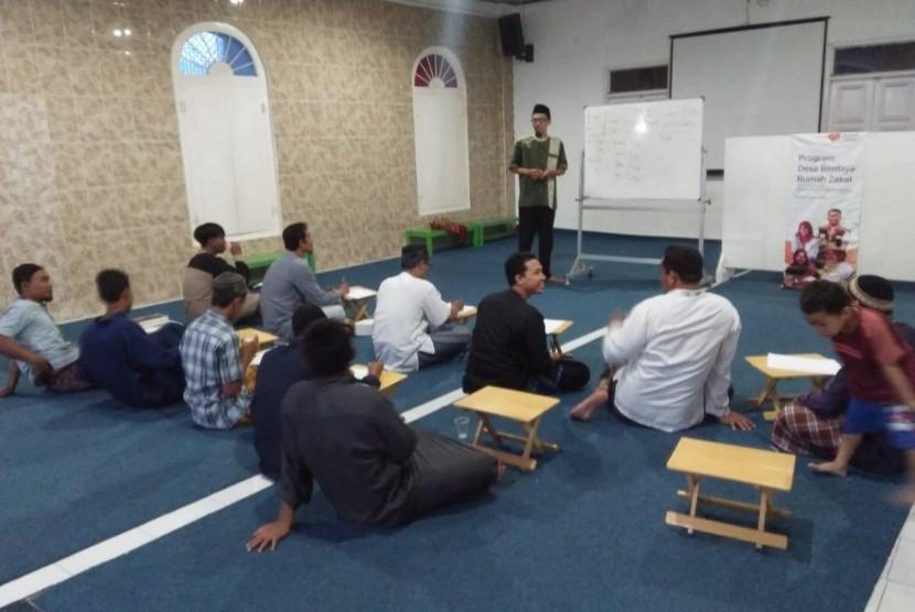 Kelas bahasa Arab yang diikuti oleh jamaah masjid. (ilustrasi)