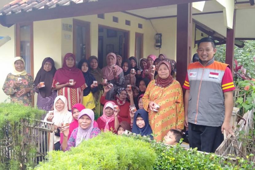 Fasilitator Rumah Zakat membagikan kornet Superqurban untuk warga di Desa Cijati.