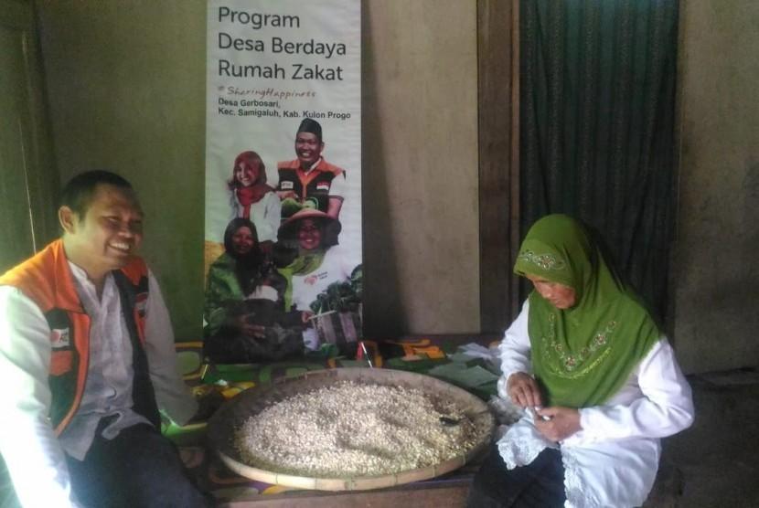 Fasilitator Rumah Zakat memberi bantuan usaha kepada warga Gerbosari, Kulon Progo.