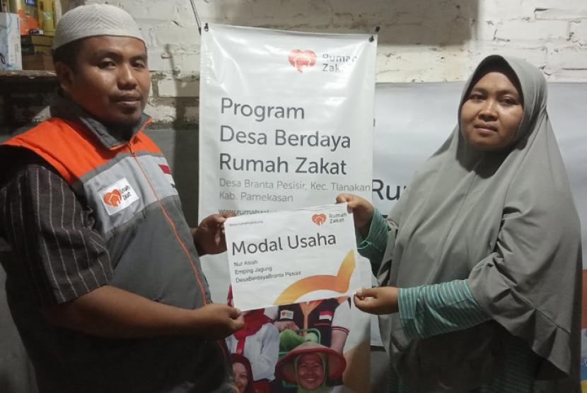 Fasilitator Rumah Zakat memberikan bantuan modal usaha ke-3 kepada Nurasiah.