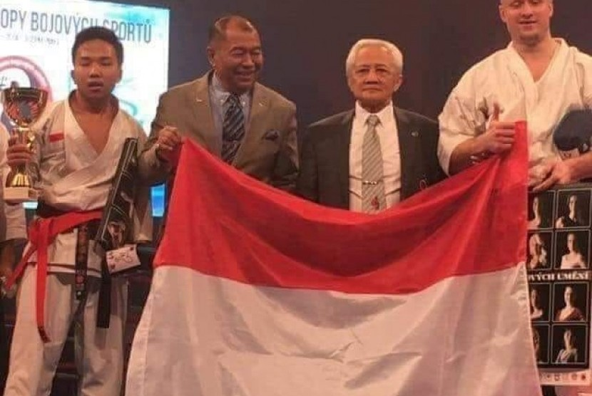 Fauzan Noor, paling kiri, ketika meraih juara dunia karateka tradisional di Praha, awal 2018. Lihat sosok lawannya yang merupakan karateka asal Cheska yang berbadan jauh lebih tinggi dan berpostur lebih besar darinya.
