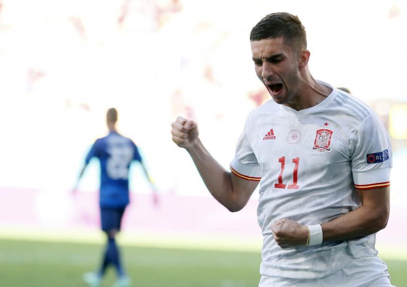 Ferran Torres dari Spanyol merayakan skor 4-0 selama pertandingan sepak bola babak penyisihan grup E UEFA EURO 2020 antara Slovakia dan Spanyol di Seville, Spanyol, 23 Juni 2021.