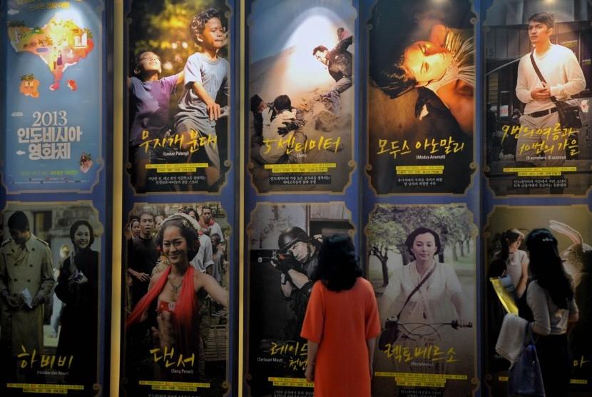 FESTIVAL FILM INDONESIA - Pengunjung mengamati sejumlah poster film Indonesia yang akan diputar pada Festival Film Indonesia 2013, di CGV Yongsan, Seoul, Korsel, Kamis (26/9)