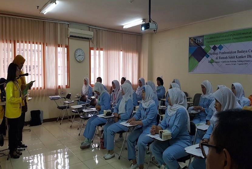 """FIK UI melakukan kegiatan Pengabdian Masyarakat yang berjudul """"Strategi Pembentukan Budaya Caring Perawat di Rumah Sakit Kanker Dharmais"""""""