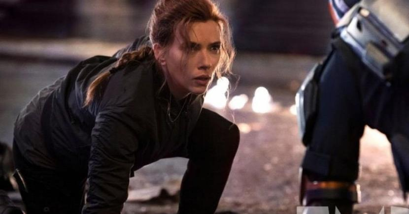 Scarlett Johansson, pemeran Black Widow. The Wall Street Journal memprediksi bahwa Johansson kehilangan 50 juta dolar AS akibat keputusan Disney merilis film di Disney + dan bioskop secara bersamaan.