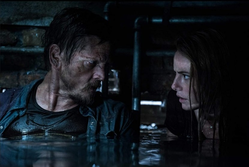 Kaya Scodelario (kiri) dan Barry Pepper dalam film Crawl.