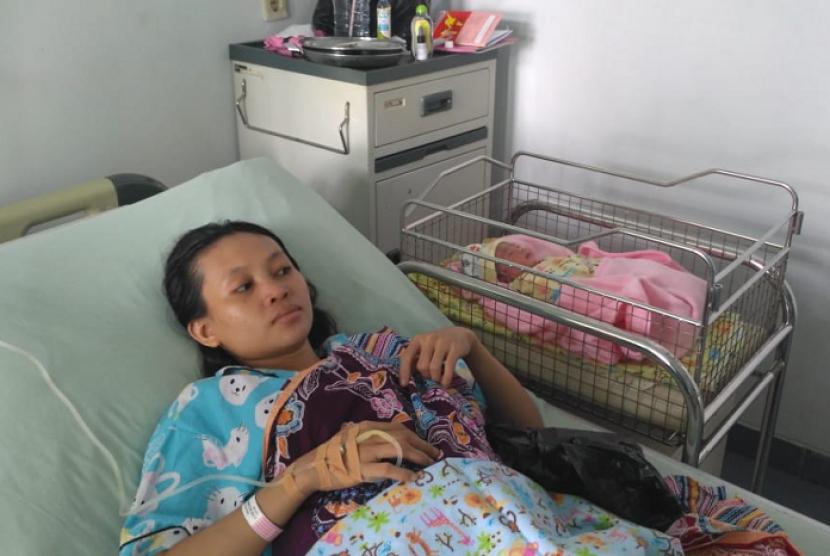 Fitri Wulandari (30 tahun) pemudik asal Kabupaten Pangandaran, yang melahirkan bayi perempuan di rest area KM 88 Tol Cipularang, Senin dini hari (11/6).