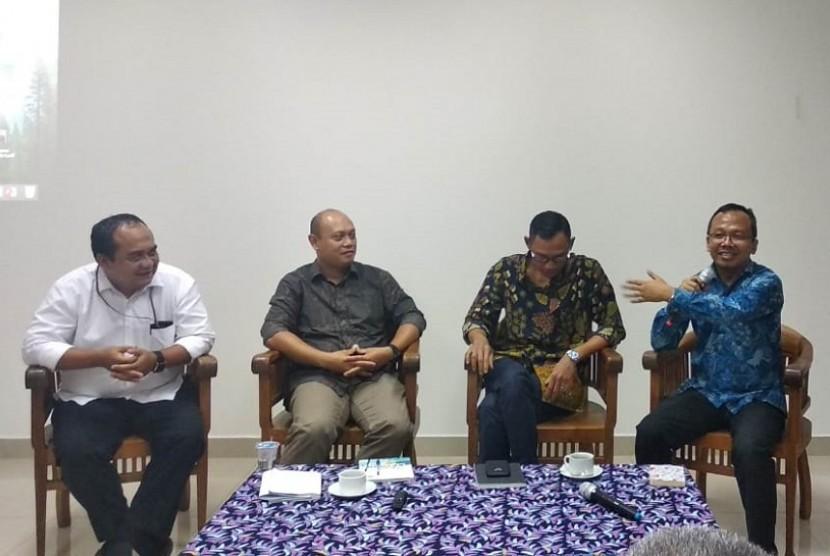 """Focused Group Discussion (FGD) """"Investasi Asing Pemerintahan Presiden Jokowi Jilid 2"""" yang diselenggarakan Ikatan Alumni Fakultas Hukum Universitas Airlangga di Jakarta."""