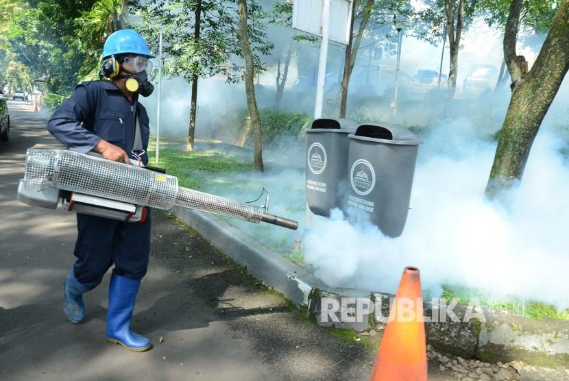 Fogging atau pengasapan untuk mencegah wabah DBD dilakukan di komplek Gedung Sate, Jalan Diponegoro, Kota Bandung, Jumat (8/2).
