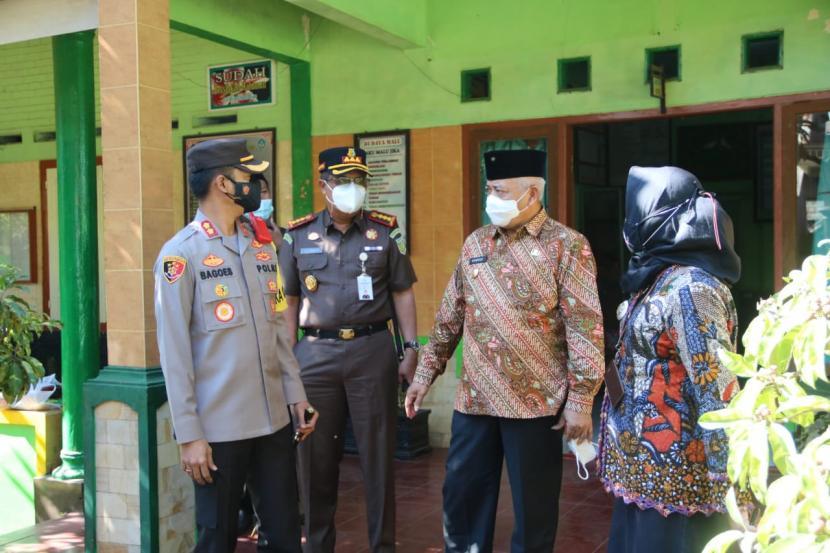 Forkopimda Kabupaten Malang meninjau pelaksanaan vaksinasi di sejumlah wilayah, Kamis (29/7).