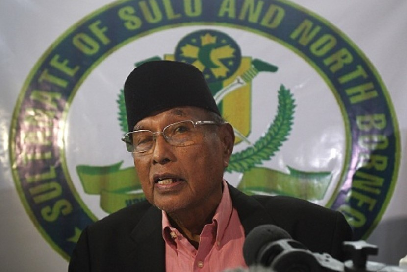 Former Sultan of Sulu Jamalul Kiram III answers questions during a news conference inside his residence at Maharlika village, Taguig city, south of Manila February 26, 2013. (file photo)