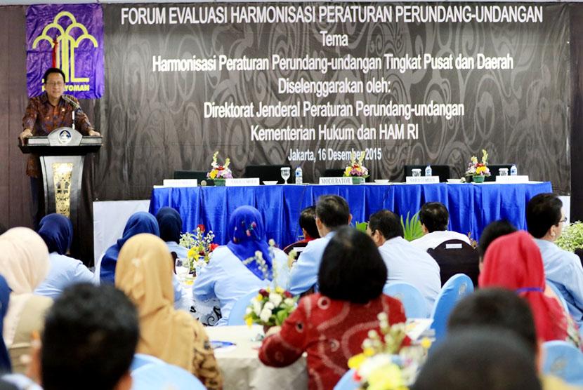 Menkum HAM Yasonna Laoly disaksikan Ketua DPD RI Irman Gusman  membuka Forum Evaluasi Harmonisasi Peraturan Perundang-Undangan di Jakarta, Rabu (16/12).  (foto : dok. DPD RI)