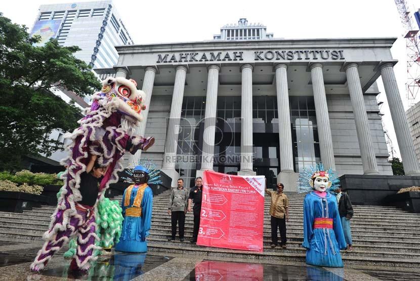 Forum Rakyat menggelar kesenian Barongsai dan Ondel-ondel saat aksi damai di depan Kantor Mahkamah Konstitusi, Jakarta, Selasa (21/1).  (Republika/Tahta Aidilla)