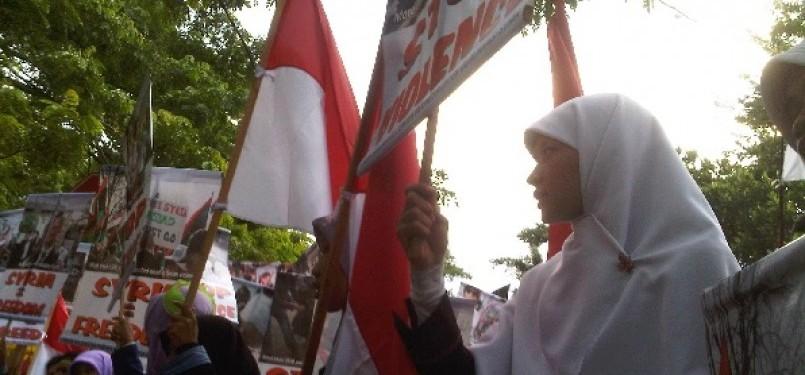 Forum Solidaritas Pemuda Indonesia untuk Demokrasi Suriah melakukan longmarch dari depan masjid Istiqlal menuju Kantor Kementerian Luar Negeri