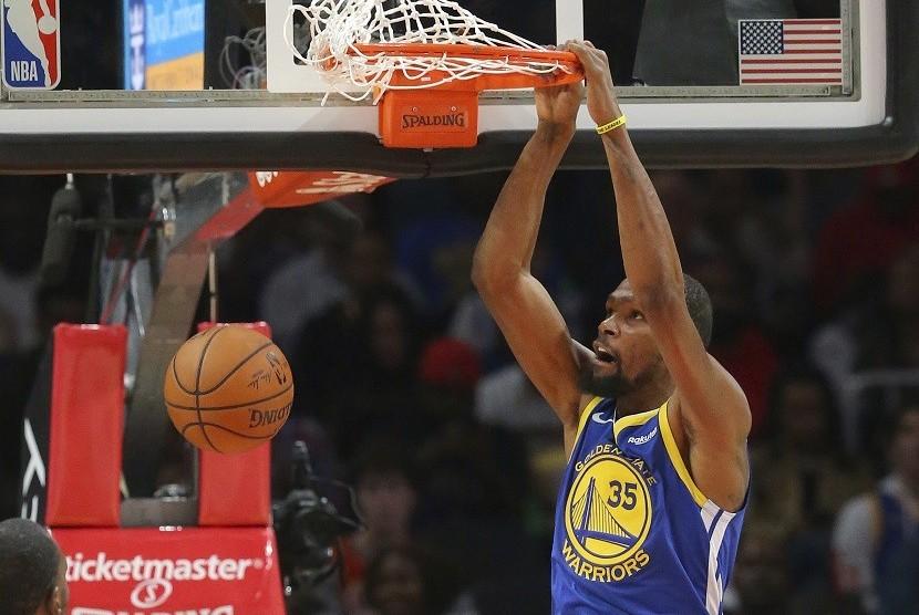Forward Golden State Warriors, Kevin Durant melakukan slam dunk dalam pertandingan menghadapi Atlanta Hawks