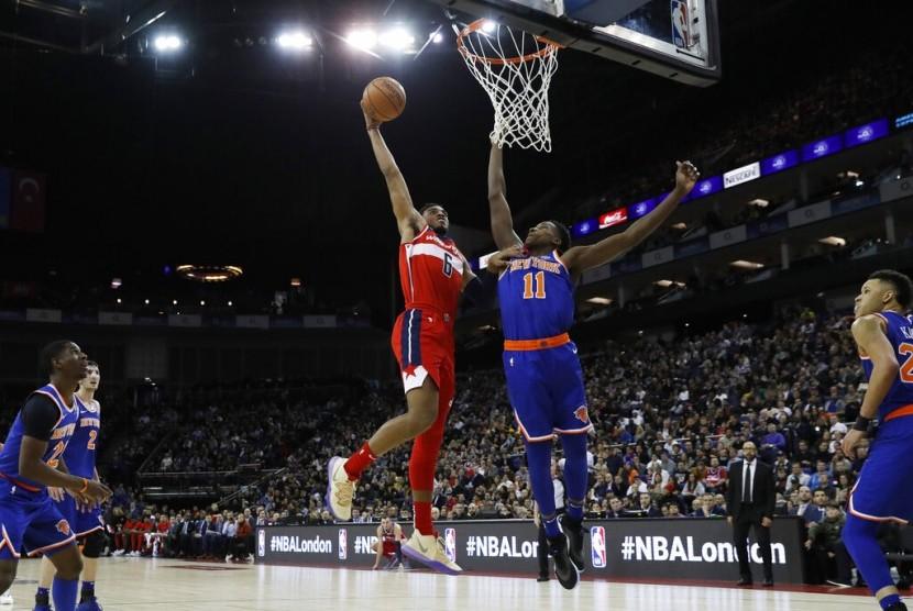 Forward Washington Wizards Troy Brown Jr. (kiri) mencoba mencetak angka dijaga guard New York Knicks Frank Ntilikina di O2 Arena, London.