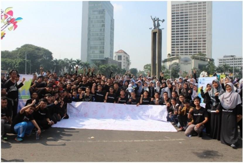 FoSSEI me ngampanyekan ekonomi syariah kepada masyarakat di acara car free day (CFD) Jakarta, Ahad (13/5).