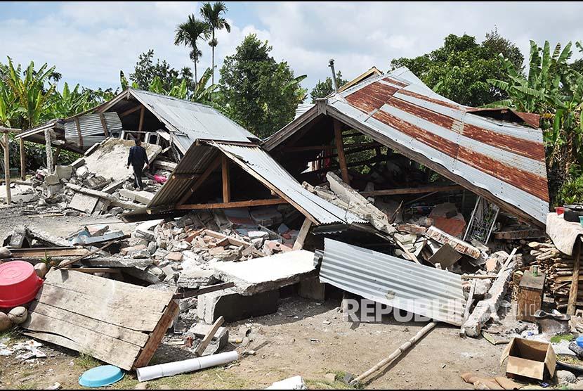 Foto kerusakan bangunan akibat gempa bumi di Desa Sajang, Lombok Timur, NTB, Senin (30/7). Gempa bumi berkekuatan 6,4 pada skala richter Minggu (29/7) kemarin telah mengakibatkan korban 15 orang meninggal dunia, 162 orang luka-luka serta ratusan rumah rusak.