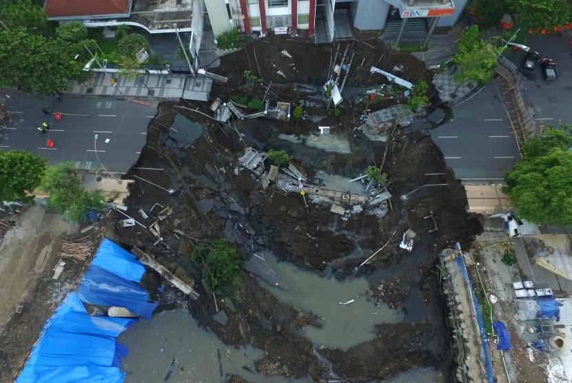 Foto aerial kondisi tanah ambles di Jalan Raya Gubeng, Surabaya, Jawa Timur, Rabu (19/12/2018).