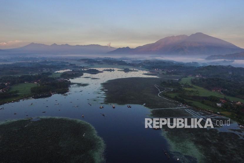 Foto aerial lokasi wisata Situ Bagendit di Banyuresmi, Kabupaten Garut, Jawa Barat, Selasa (26/3/2019).