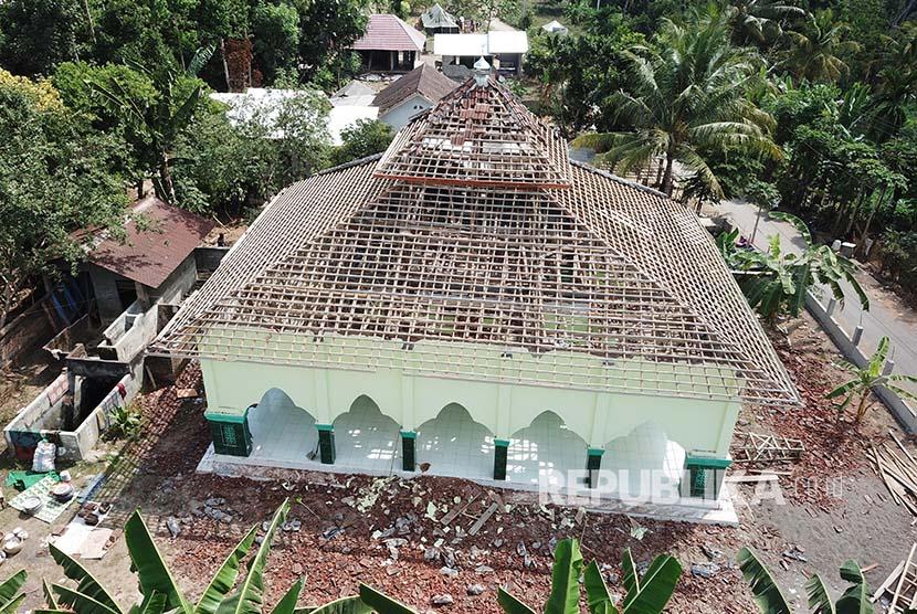 Foto aerial Masjid yang rusak parah akibat gempa di Desa Trengilut, Senaru, Lombok Utara, NTB, Rabu (1/8). Sejumlah rumah ibadah tidak dapat digunakan karena mengalami kerusakan akibat gempa bumi.