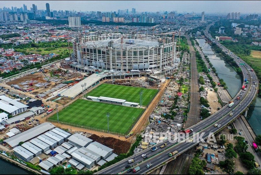 Foto aerial pembangunan Jakarta International Stadium (JIS) yang memasuki tahap pemasangan rangka atap di Papanggo, Tanjung Priok, Jakarta, Rabu (16/6/2021).