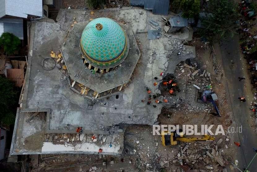 Foto aerial pencarian korban di bawah reruntuhan Masjid Jamiul Jamaah yang rusak akibat gempa bumi di Bangsal, Lombok Utara, NTB, Rabu (8/8).