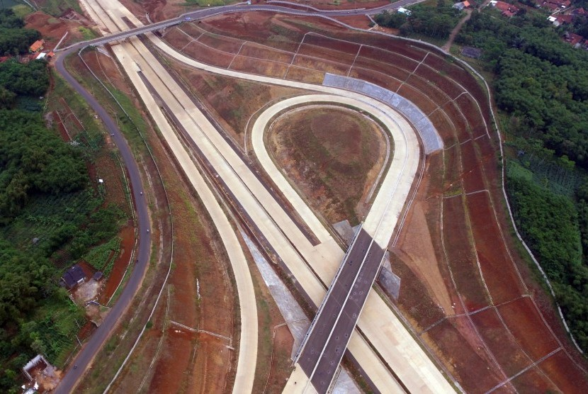 Foto aerial proyek pembangunan infrastruktur nasional jalan Tol Cileunyi-Sumedang-Dawuan (Cisumdawu) di kawasan Rancakalong, Sumedang, Jawa Barat, Selasa (30/5).