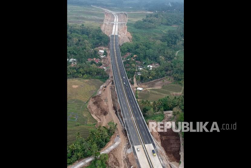 Foto aerial suasana hari pertama pengoperasian Tol Salatiga-Kartasura di titik Jembatan Kali Kenteng, Susukan, Kabupaten Semarang, Jawa Tengah