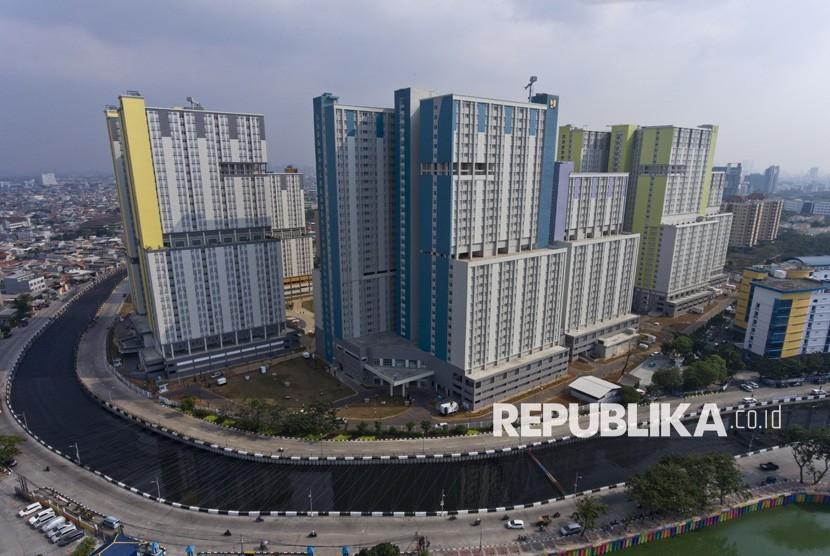 Foto aerial Wisma Atlet Kemayoran yang berada di dekat Kali Item di Kemayoran, Jakarta, Jumat (20/7).