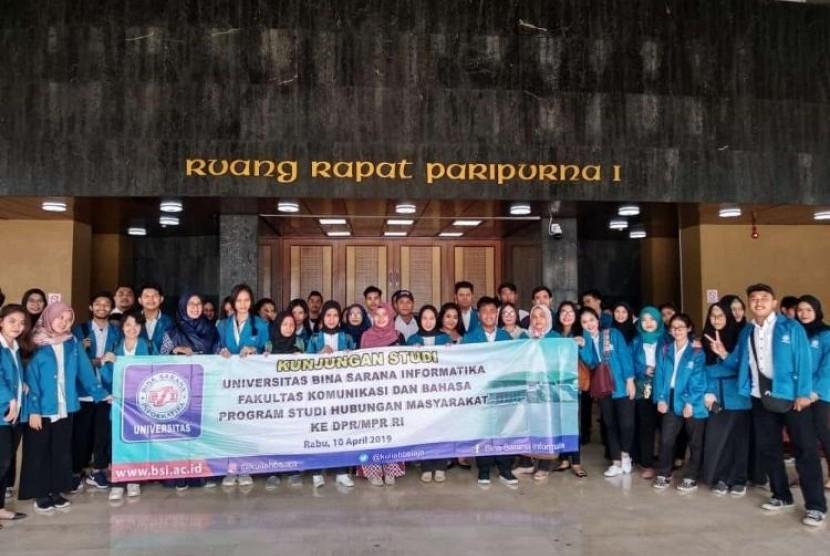 Foto bersama mahasiswa Prodi Hubungan Masyarakat UBSI yang hadir di acara kunjungan studi.