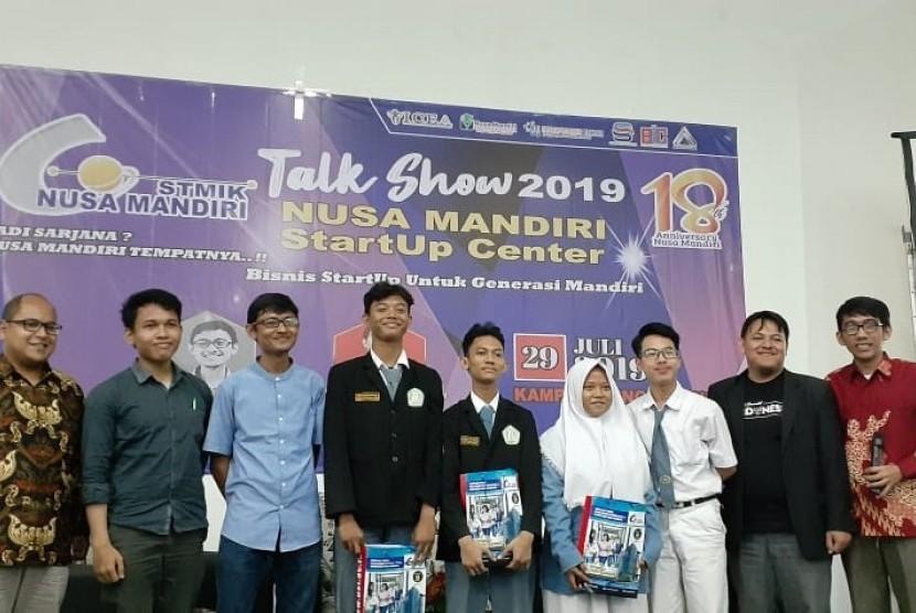 Foto bersama nara sumber (mengenakan kemeja biru dan jas hitam), penanya terbaik, dan moderator.