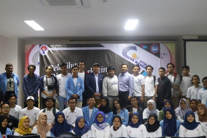 Foto bersama pasca acara pelatihan digital marketing.