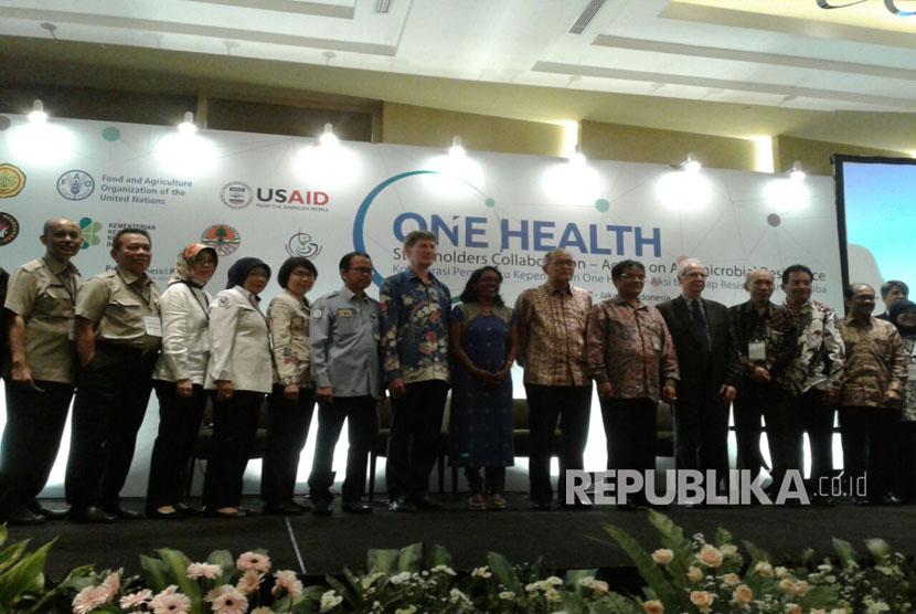 Foto bersama perwakilan kementerian dan organisasi internasional usai acara seminar One Health dengan tema Kolaborasi Pemangku Kepentingan One Health, Aksi Terhadap Resistensi Antimikroba di Hotel Pullman Jakarta, Kamis (16/3).