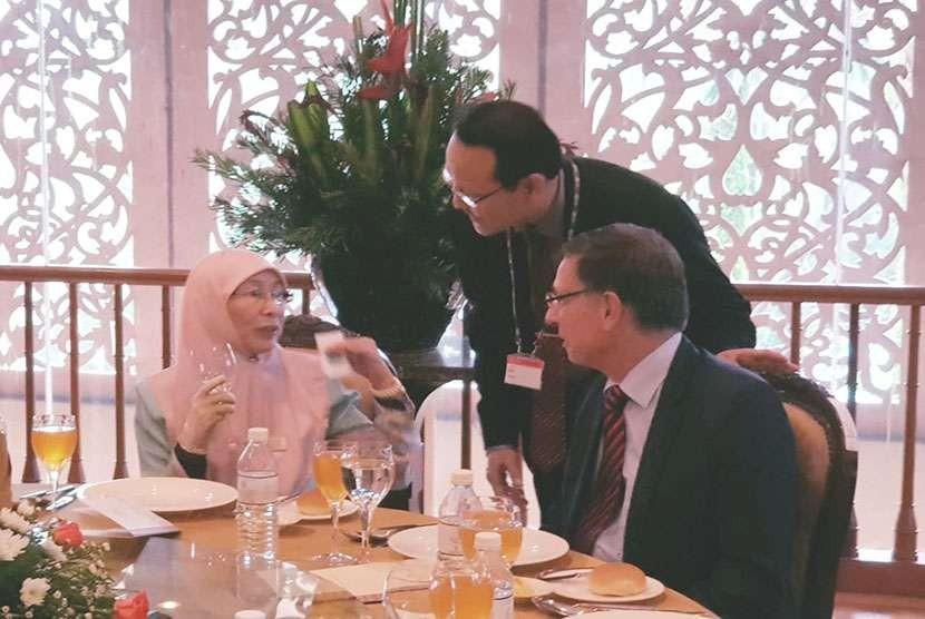Foto bertiga bersama Wakil PM Malaysia Wan Azizah Wan Ismail dan Presiden ISSA Prof Dr Breuer Joachim