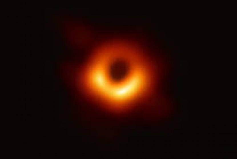 Foto Black Hole yang diambil di pusat galaksi M87.