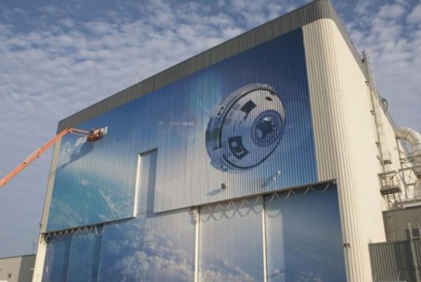 Foto dari NASA pada tanggal 4 September 2015 menunjukkan lukisan dinding atau mural yang menggambarkan pesawat ulang alik komersil kru milk Boeing yang diberi nama CST-100 Starliner di Kennedy Space Center NASA di Florida