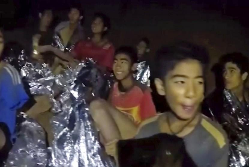 Foto dari tangkapan video di Royal Thai Navy Facebook Page, menunjukkan tim sepak bola remaja Thailand tersenyum, Selasa (3/7). Mereka ditemukan setelah terjebak di gua selama 10 hari di  Mae Sai.
