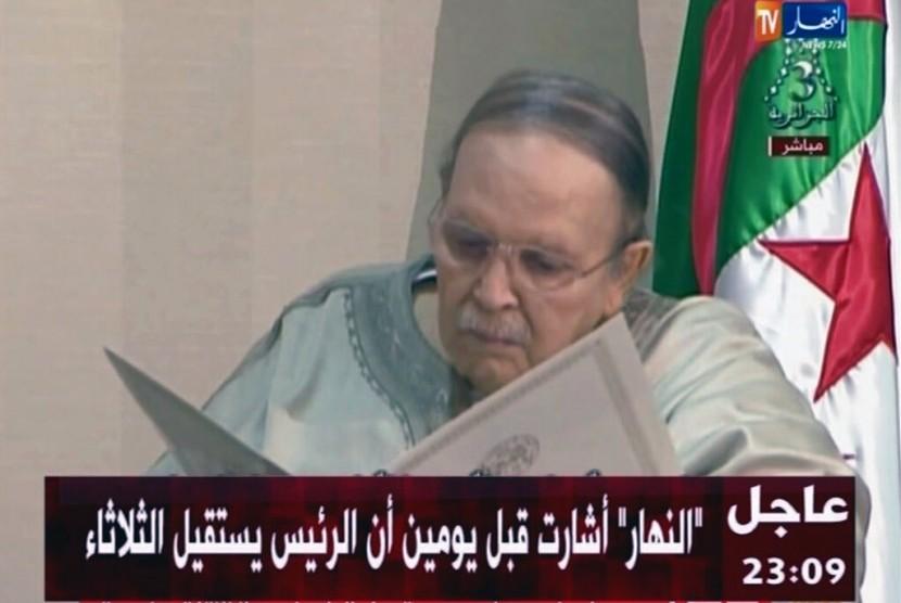 Foto dari televisi negara ENTV menunjukkan Presiden Aljazair Abdelaziz Bouteflika duduk di kursi roda saat mengajukan surat pengunduran dirinya kepada Presiden Dewan Konstitusional Tayeb Belaiz, Selasa (2/4).