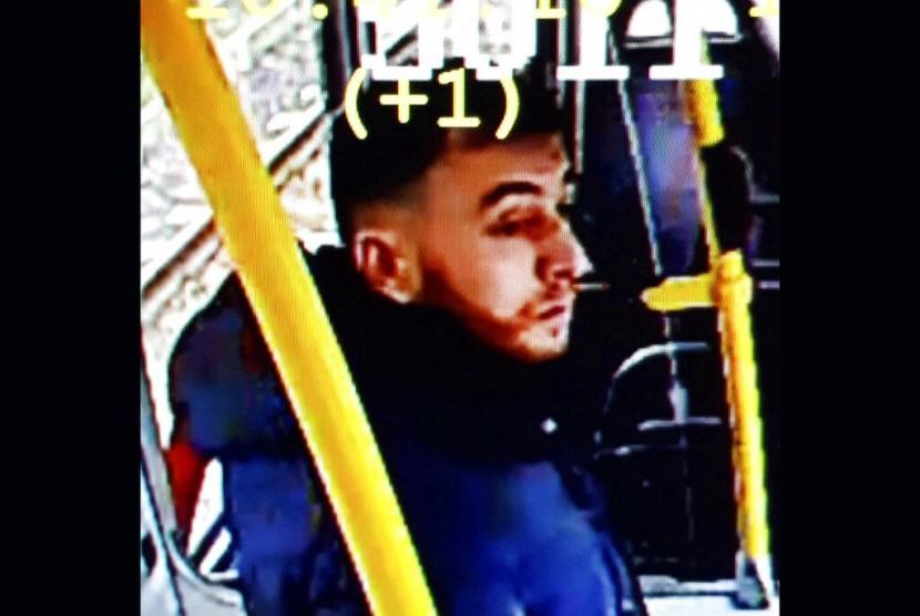 Foto diunggah akun Twitter Kepolisian Utrecht pada Senin (18/3) menunjukkan pria yang diduga berkaitan dengan penembakan.