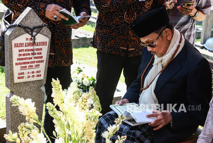 FOTO DOKUMENTASI. Presiden ke-3 RI BJ Habibie berziarah ke makam istrinya, Hasri Ainun Habibie di Taman Makam Pahlawan Kalibata, Jakarta, Rabu (5/6/2019).