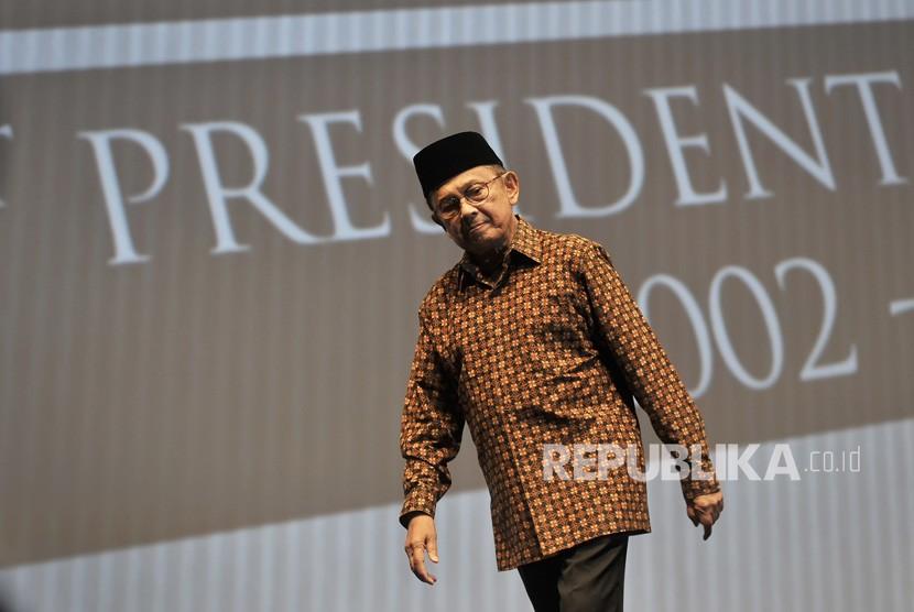 FOTO DOKUMENTASI. Presiden ke-3 RI BJ Habibie menyampaikan pidato kepemimpinan dalam acara Supermentor-6: Leaders, Jakarta, Minggu (17/5/2015) malam.
