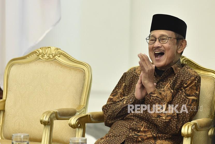 FOTO DOKUMENTASI. Presiden ke-3 RI sekaligus Ketua Dewan Kehormatan Ikatan Cendekiawan Muslim se-Indonesia (ICMI) BJ Habibie tertawa saat pembukaan Silaturahmi Kerja Nasional (Silaknas) Tahun 2017 di Istana Kepresidenan Bogor, Jakarta, Jumat (8/12/2017).