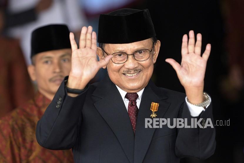 FOTO DOKUMENTASI. Presiden ketiga RI BJ Habibie melambaikan tangan saat akan menghadiri Sidang Tahunan MPR Tahun 2015 di Kompleks Parlemen, Senayan, Jakarta, Jumat (14/8/2015).