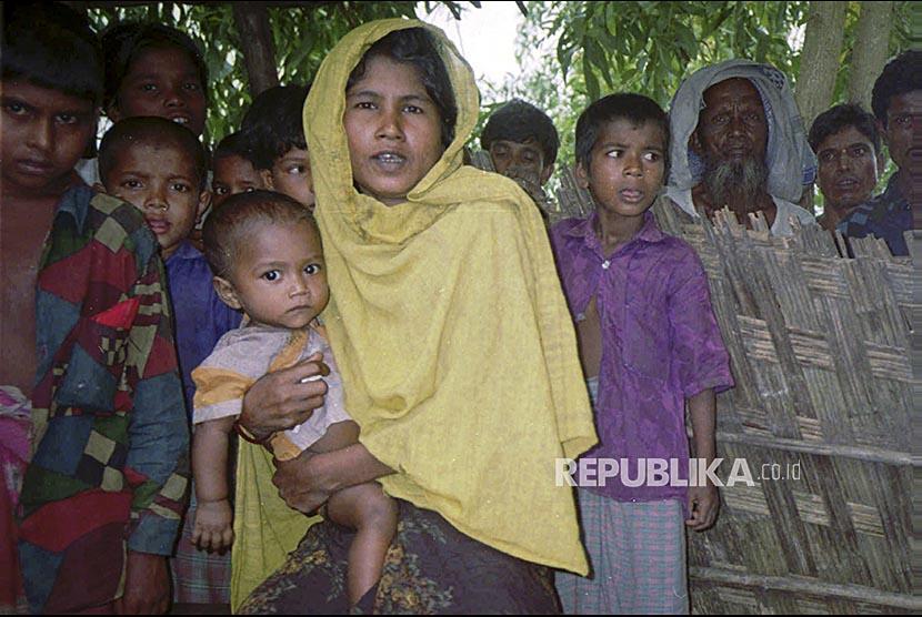 Foto file 17 September 1996 Wanita Rohingya Fatima Khatoo menceritakan represi yang dilakukan oleh militer Myanmar kepada media di pengungsian Ronghingya di Teknaf Bangladesh