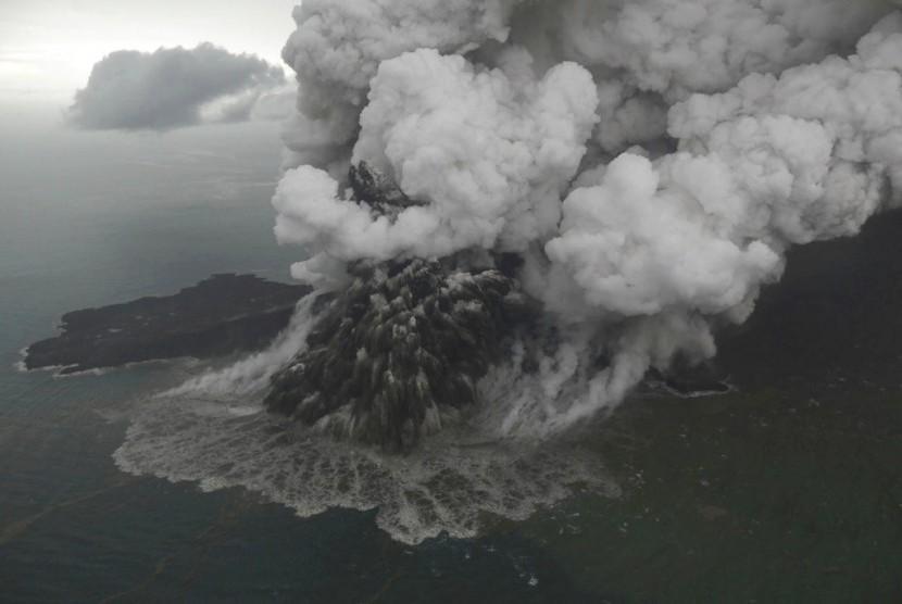 Foto Gunung Anak Krakatau diambil pada Ahad (23/12). Krakatau tampak mengeluarkan asap hitam dari puncak kawah.