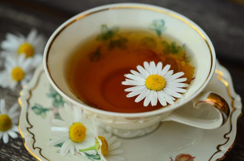 Ilustrasi teh kamomil (chamomile). Konsumsi rutin teh herbal tanpa kafein bisa membantu seseorang mengatasi masalah tidur, seperti insomnia.