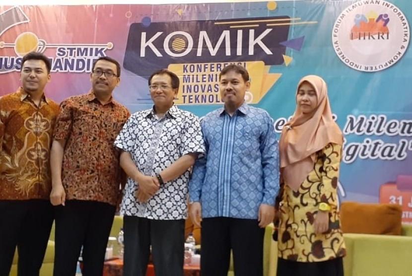Foto jajaran penanggung jawab acara dengan Prof Teddy Mantoro (tengah) seusai kegiatan KOMIK.